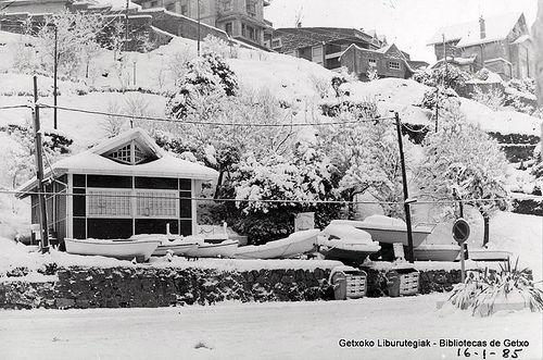 Temporal de nieve en Algorta, 1985. Caseta de la empresa Azul Marino, de venta de embarcaciones, en el paseo de la playa de Ereaga. Posteriormente fue Oficina de Turismo (Colección Daniel Zubimendi) (ref. Z00411)