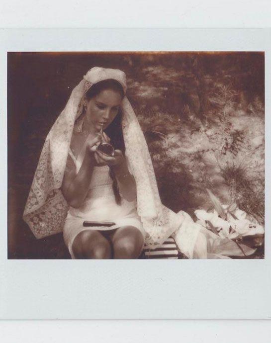 La robe de mariée de Lana Del Rey dans le clip Ultraviolence http://www.vogue.fr/mariage/inspirations/diaporama/les-robes-de-mariee-dans-les-clips-de-musique/19923/image/1041772#!les-robes-de-mariee-dans-les-clips-lana-del-rey-ultraviolence