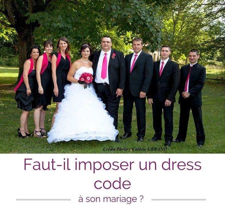 Dress code rose et noir pour un mariage. Les femmes en robe noir avec un châle rose. Les hommes en costume noir avec une cravate rose. Photo de groupe. labeletoile-wp.fr