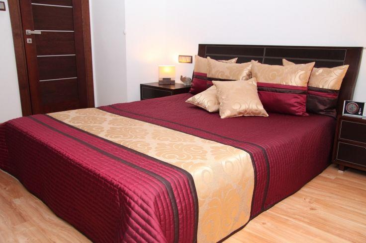 Luksusowe i eleganckie bordowe narzuty na łóżka ze złotym ornamentem