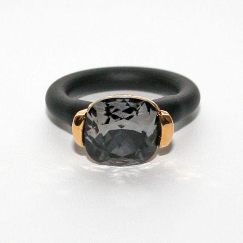 Ring laget av forgylt tinn, Swarovski krystall og gummi. Gummien kan klippes til i rikitg lengde.