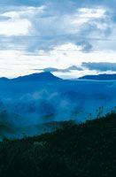 Los altiplanos están estrechamente relacionados con su sistema orográfico periférico; al oriente del altiplano Sabana de Bogotá, el macizo de Chingaza captura la humedad procedente de la Orinoquia y es una de las fuentes hídricas importantes para la capit