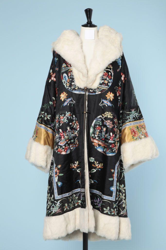 Manteau en satin noir brodé de motifs chinoisant doublé de fourrure