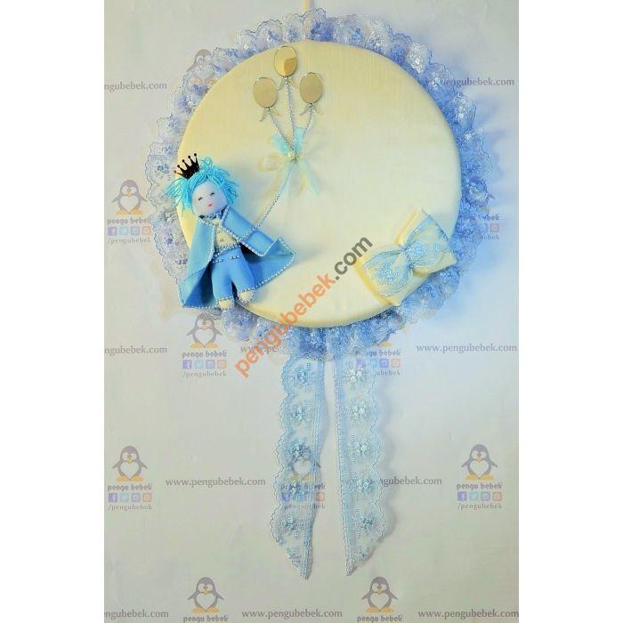 Mavi Prens Kapı Süsü, Uzun, mavi dantelli kuyruk ve mavi dantelli fiyonku el yapımı, incilerle süslü pelerini ve kıyafetiyle mavi küçük bir prens. Pengu Bebek