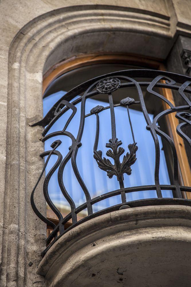 Las barandillas de los bancobes de la vivienda Sant Nicolau nº 4 son de hierro forjado con sencillos adornos florales, presentan arqueos hacia el exterior en el tercio inferior. #Alcoy #Alcoi Ruta Europea del #Modernismo