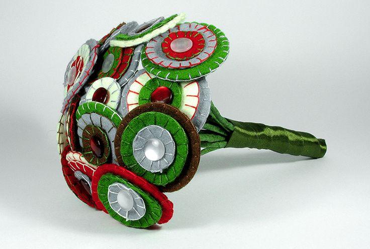 1970 Bouquet.Elaborado con 16 flores psicodélicas de los setenta, usando varios tamaños y acabando sus centros con botones perlados y formando un ramo de cerca de cuarenta centímetros de diámetro. El mango, forrado en lazo de raso verde y adornado con varios elementos brillantes.
