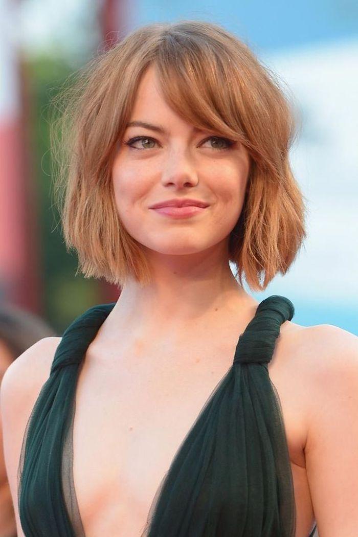un carré court avec frange de côté, couleur de cheveux blond roux aux nuances caramel