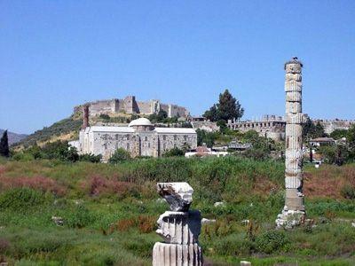 Artemision di Efeso - ca 560-460 a.C. - Sorge a Efeso (Turchia) su resti di precedenti santuari; in seguito dedicato ad Artemide, dea della caccia, venerata come Efesia. Venne distrutto nel 356 a.C. e poi ricostruito dal 334 a.C. L'edificicio era un diptero octastilo, circondato da 116 colonne disposte su 3 file. La peristasi è a schema allungato, mentre il naos era di tipo ipetro in cui era collocato il naiskòs.