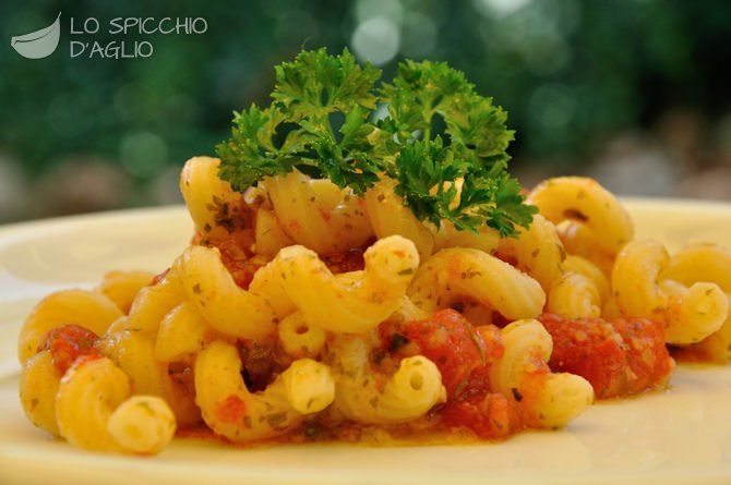 300 g di pomodori San Marzano 3-4 rametti di prezzemolo 1 spicchio d'aglio 1 cucchiaio di pangrattato 1 cucchiaio di Parmigiano Reggiano grattugiato 1 cucchiaio d'olio extravergine di oliva sale pepe nero 160 g di pasta