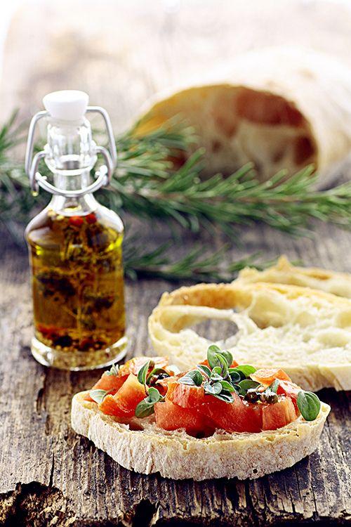 Ciabatta con olio d'oliva extra-vergine, pomodori e basilico   Ciabatta bread, olive oli, tomato and basil.