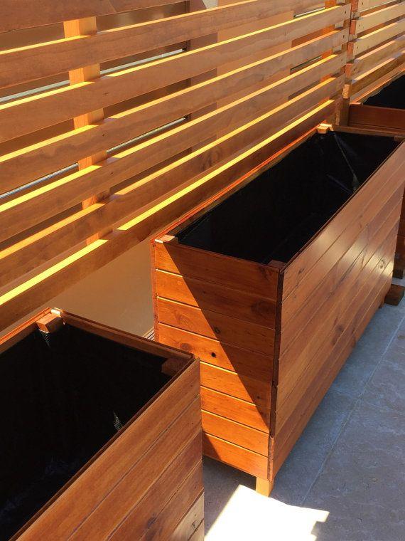 PANTALLA DE PRIVACIDAD INDEPENDIENTE  Dividir una zona, crear privacidad de vecinos o utilizar plantas creciendo, nuestra pantalla de privacidad es moderno y puede ser personalizable para adaptarse a su espacio.  Dimensiones: Máximo: 1,8 m de alto x 2,4 m de ancho  Final: Pino con mancha cedro o nogal Opción de madera de Merbau para un adicional de $100.  Nota: el color real puede variar para las fotografías tomadas en etsy y en la vida real.  La fijación: Pantalla de privacidad requiere…