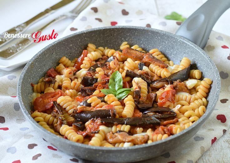 pasta alla norma ricetta siciliana tradizionale, con melanzane , pomodori, basilico e ricotta salata. Un piatto ricco di sapori e profumi del mediterraneo