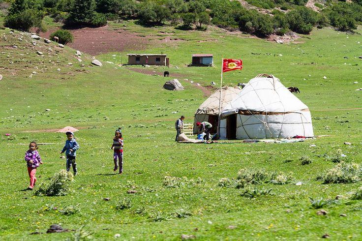 Balalarımız Tanrı Dağları'nda koştursunlar, oynasınlar, gülsünler...  Yer: Kırgızistan'ın Karakol şehri