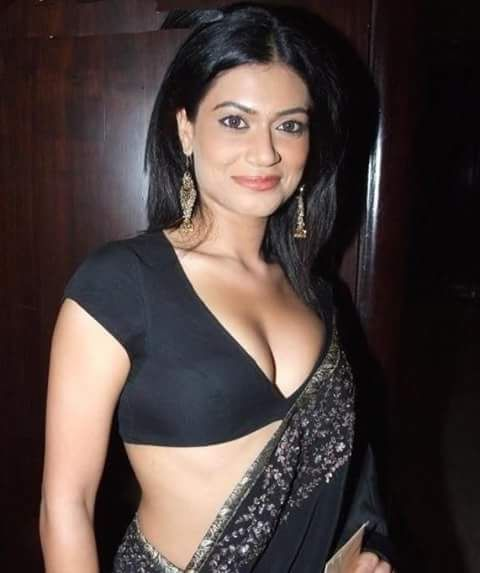 Sexy Unseen Indian girls pic: Silki Cleavage Of Desi Indian Girls