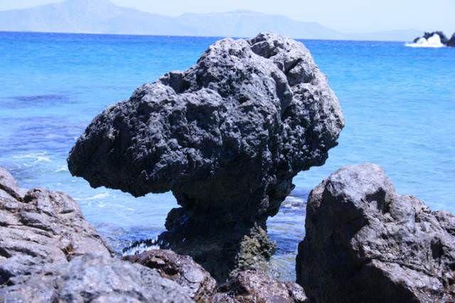 Ο βράχος στέκεται αγέρωχος αλλά η θάλασσα στο τέλος θα κερδίσει...