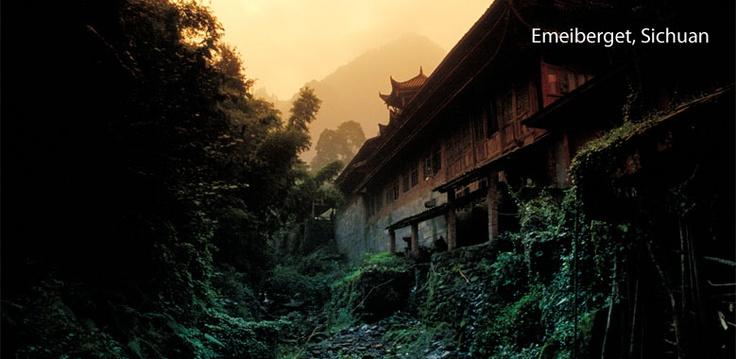 Ett av Kinas finaste heliga berg. Hit har buddister och taoister vallfärdat sedan Handynastin. Beläget i den grönskande Sichuanprovinsen är Emei en riktig botanisk trädgård med 3200 växtarter. Längs vägen uppför berget finns flera kloster man kan övernatta på.      När du ändå är i trakten så passa på att åka till Jättebuddastatyn i Leshan. 71 meter hög tronar den på den röda sandstensväggen över sammanflödet av tre floder.
