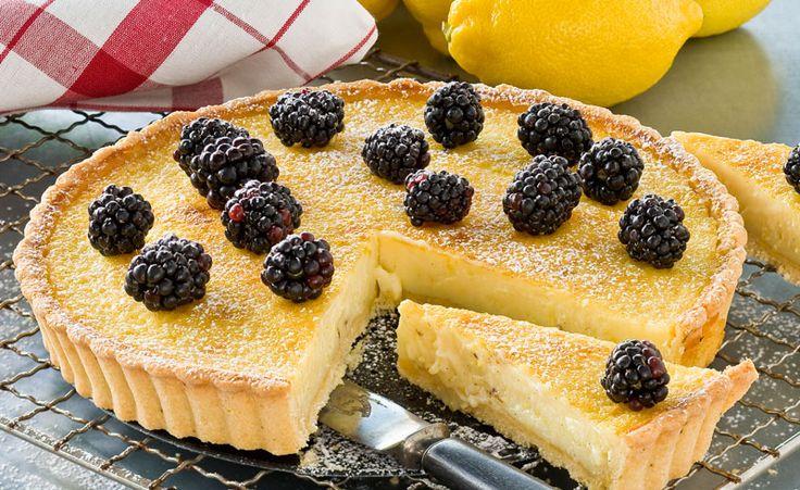 Ett recept på en härligt krämig citronpaj med fin syrlig smak av citrus och vanilj. Mördeg i botten och björnbär på toppen!