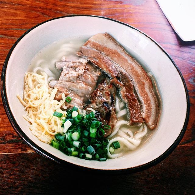 沖縄そばはあっさりさっぱりスッキリじゃないと夏は食べる気がしない、という方にオススメはうるま市・まるやす。 ふんわり香ばしくて淡いスープ、肉肉しいのにさっぱり味の三枚肉とソーキとてびち、すこし柔らかめでお腹がもたれないツルツル麺、そして沖縄そばには珍しいけどスープにぴったり合う錦糸卵。 沖縄そば・あっさり部門では暫定一位です。