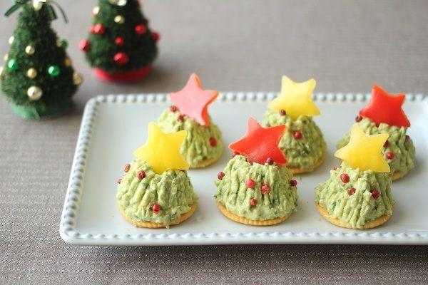 クリスマスに!アボカドで華やかパーティレシピ / もうすぐ待ちに待ったクリスマス! パーティのメニューは決まりましたか?  チキンやローストビーフなどのメインのごちそうの他に、前菜やサラダなど、あと1品の料理が決まらないなんてこともあるのでは? そんなときに重宝するのがアボカド。クリスマスカラーでもあるグリーンを活かしたパーティレシピをご紹介します! / Nadia