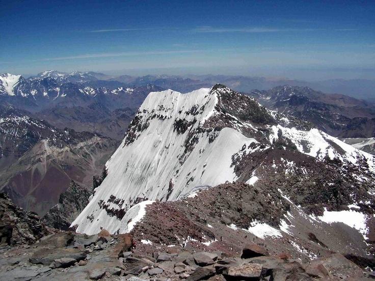 El cerro Aconcagua es una montaña de la cordillera de los Andes,situada en la Provincia de Mendoza al centro-oeste de la RepúblicaArgentina. Es el pico más alto de Argentina y el más alto de América