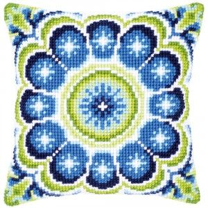 """""""Blue-green Rosette"""": kruissteekkussen om zelf te borduren op voorgeschilderd stramien"""