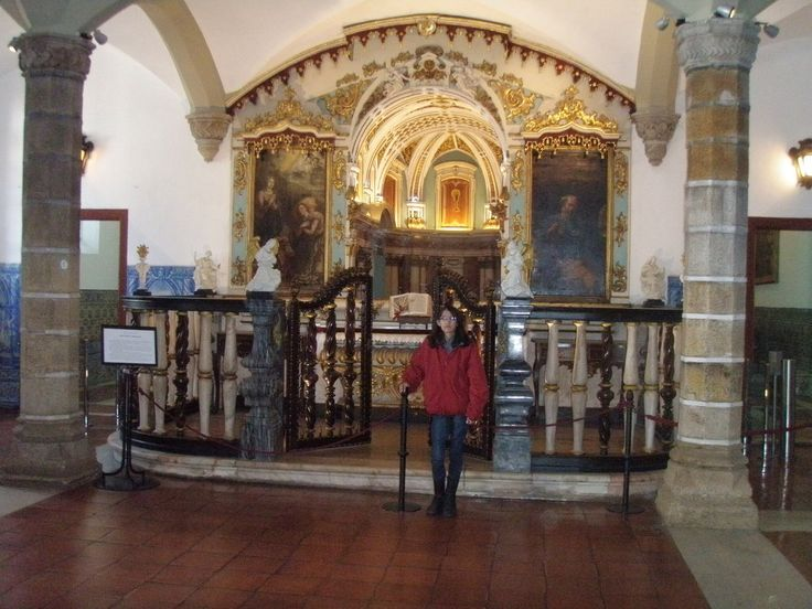 Grendhinha na Capela  dos Ossos, Portugal