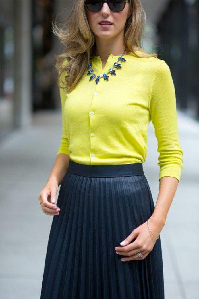 jupe longue plissée noire, femme avec blouse jaune