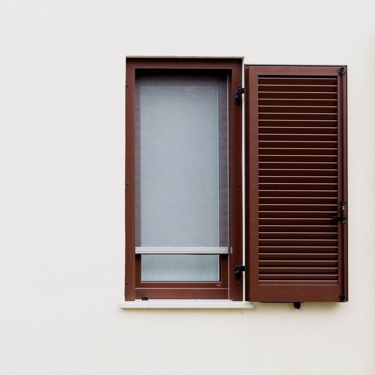 Persiana in alluminio, finestra A40 in legno-alluminio e zanzariera (sistema ALPIzanzblock).