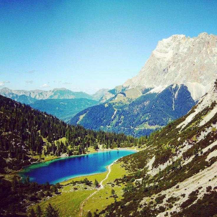 Der Seebensee, inmitten der traumhaften Bergwelt der Olympiaregion Seefeld, zählt zu einem der schönsten Gebirgsseen Tirols 💛. *** The Seebensee, in the middle of the mountains of the Olympiaregion Seefeld, is one of the most beautiful mountains lakes in Tyrol 💛. *** Rainer Renauer . . . #olympiaregionseefeld #heartofalps #bestofthealps #tirol #austria #österreich #mountains #berge
