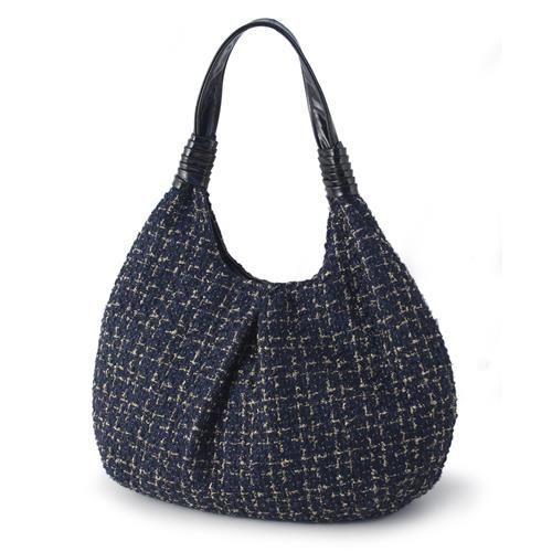 BORSA DARIA BLUE  -  Graziosa borsa dalla forma elegante ed originale in tessuto chanel e manico in ecopelle, nei toni del blue con inserti color oro. Interno foderato in tessuto con doppia tasca interna. Chiusura a bottone.