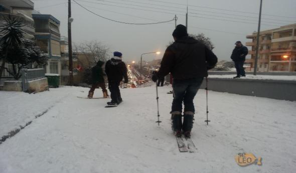 Βγήκαν για σκι και σνόουμπορντ στους δρόμους της Θεσσαλονίκης  ΦΩΤΟ