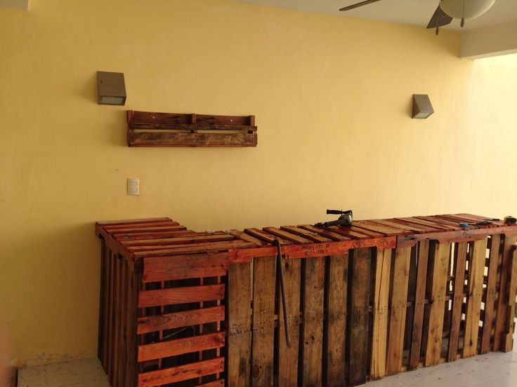 Barra de bar y repizas para botellas pallets furniture - Muebles para bar ...