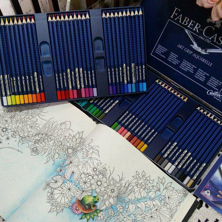Colorir com um presente deste é muitoooo bom ... @faber_castell_br amei demais 😍 Obrigadaaaa! Esses são os lápis da Art Grip 60 cores aquareláveis Creative Studio , as cores são demais!!! E sim gente, eu ainda não finalizei esta página dupla do jardim secreto(não me julguém)😂😂😂😂 . compartilhem seus coloridos também  Use #jardimsecretolove .  #jardimsecreto #art #terapia #fundomadeira #paletadascores #arterapia #antiestresse #passatempo #diversao #coloringbookforadults #esrarengizbahçe…