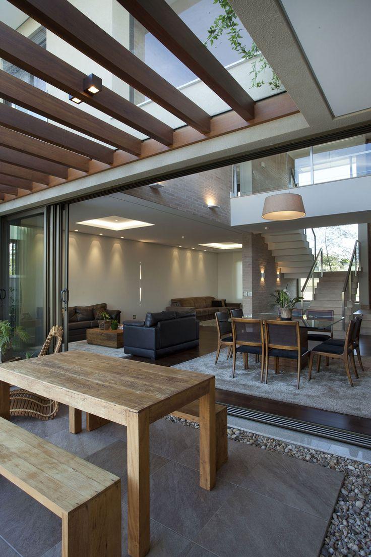 Área externa da casa com pergolado, projeto da Pupo Gaspar Arquitetura