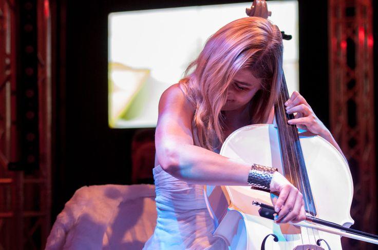 """Pünktlicher Start um 18.38 Uhr mit musikalischer Untermalung durch """"White Cello"""""""