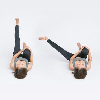 足を上げる角度は床と90度になるのがベストです。真上に上げることがポイントなので、膝が多少曲がってもOK。ゆっくりと3カウント数えながら横に開き、3カウントで戻しましょう。