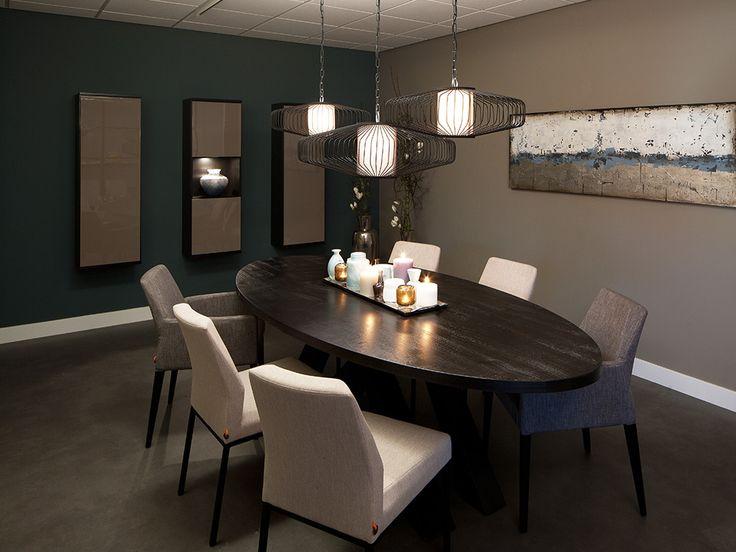Reis mee naar onze blauwe, tijdloze en moderne wereld. Een groenblauwe, warme muur als blikvanger waar moderne wandkasten hangen met hoogglansdeurtjes. Op de betonlook vloer staat een prachtige, ovale tafel waar u heerlijk lang en ongestoord kunt natafelen met zijn tweetjes of met 'n groter gezelschap. De unieke lampen in verschillende grootte én hanghoogte zorgen voor een uiterst speels effect. Ontdek zelf welk verhaal deze kamer vertelt…