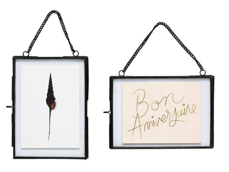 Mooi set van twee fotolijsten van Hübsch voor aan de wand. De zwarte fotolijstjes, met ketting, zijn geschikt voor foto's van 14xh18, 18xh14cm. Dit is een leuke manier om de tekeningen van jouw kind te presenteren!
