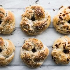 Bagels selber machen bedeutet zweifach einzigartige Brot-Kringel für deinen Teller. Denn bei diesen Leckerbissen bestimmst du nicht nur den Belag, sondern auch das Topping – amerikanisches Frühstücks-Feeling garantiert!