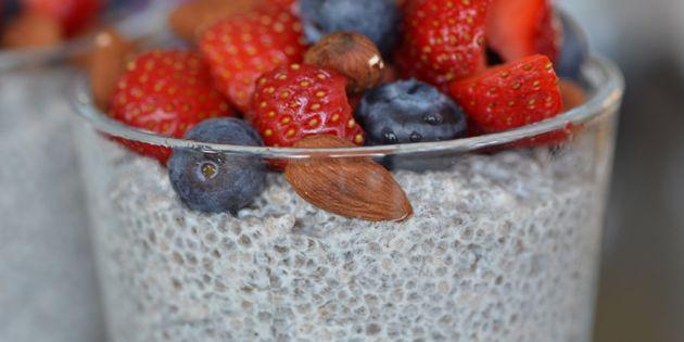 Måske verdens nemmeste sunde dessert eller morgenmad: cremet chiagrød toppet med friske sommerbær.