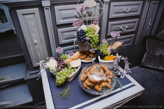 Создайте тематический Candy Bar. Украсьте стол гроздьями винограда, круасанами, вином и дольками ароматного сыра!