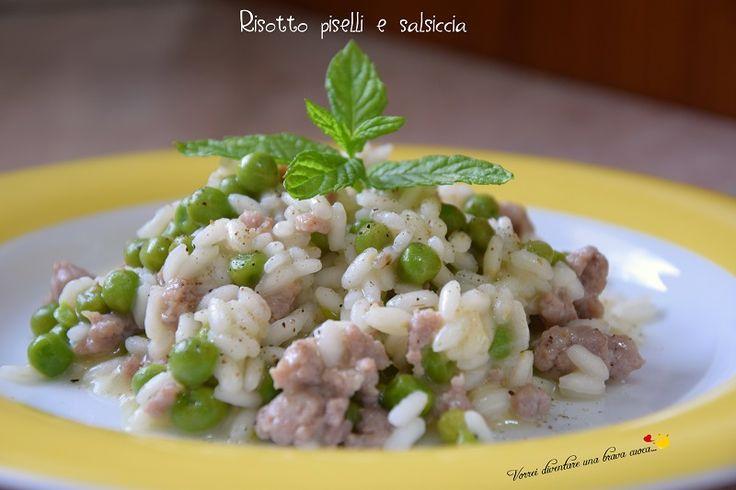 Ecco un gustosissimo risotto piselli e salsiccia, un abbinamento gradevolissimo e con ingredienti semplici, alla portata di tutti.
