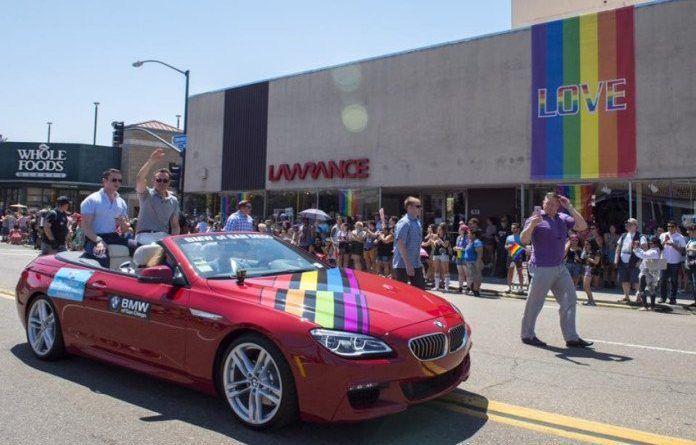 USA: El Secretario del Ejército de Tierra norteamericano desfila con su novio en el Orgullo de San Diego