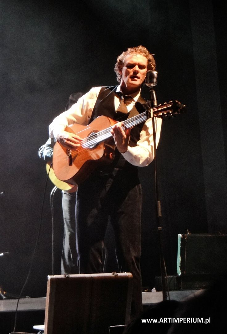 Jesse Cook rozruszał Wrocław - otwarcie Festiwalu Gitara +. Fot. Mag Woźniak Art Imperium http://artimperium.pl/wiadomosci/pokaz/381,jesse-cook-inauguracja-17-wroclawskiego-festiwalu-gitarowego#.VCH_tfl_uSo