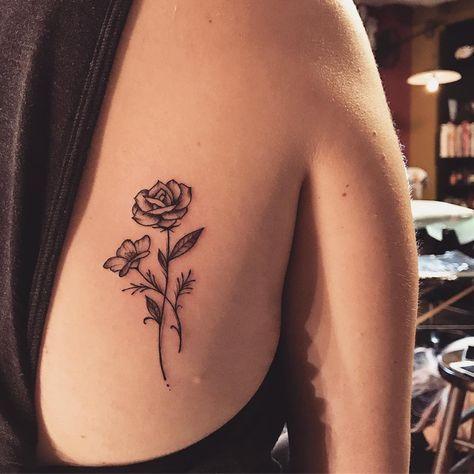 Tatuagem criada por Lucas Milk de Florianópolis. Flor super delicada nas costas perto do ombro.