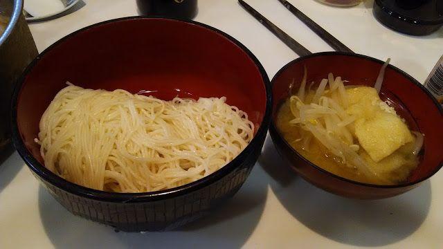 ホラー漫画家・神田森莉 不味そう飯: そうめんと、もやしと油揚げの味噌汁。粗末なものに見えるが、めずらしく残り物ではなくちゃんと味噌汁を作...