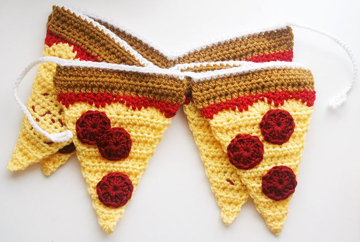 There's only one thing that comes to my mind when I think of college, new adventures, and dorm life: PIZZA. This crocheted pepperoni pizza garland is a colorful and festive dorm room decoration for wa