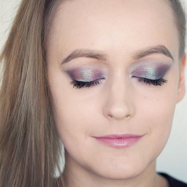 We love metallic eyeshadows! How about you? Check out this duochrome effect eyeshadow tutorial ✨ #linkinbio⠀  ⠀  ⠀  #moreontheblog #blogi #blogger #blog #newblogpost #uusiblogipostaus #duochrome #eyeshadow #makeup #essence #metallicmakeup #metalliceyes #metalliceyeshadow #essencemakeup #beauty ⠀#getthetoolboxblog  ⠀  ⠀