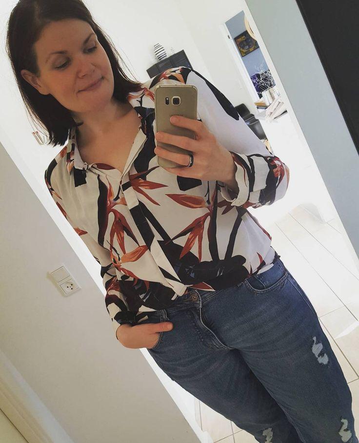 Skal du nå at have en Jordan Shirt med? Den på billedet ☝✌ Den er vildt lækker men rimelig tæt på udsolgt i mange størrelser så du skal være hurtig 😘 Skriv her eller på Sasja.k@blackswanfashion.com 😃 #blackswanfashion #blackswanfashiondk #blackswan #blackswandaily #jordanshirt #janetboyfriendjeans #goodiechemise #fashion #women #bookditpartynu #bookyourpartynow #lækkerttøj #clothes #clothing