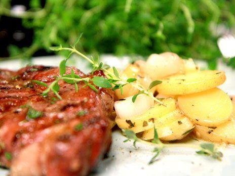 Honungsglaserad fläskkarré med glödbakad potatis | Recept.nu